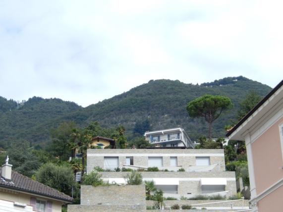 """Die zwei kleinen Häuschen über dem grauen """"Klotz"""" sind die Casa Egner"""