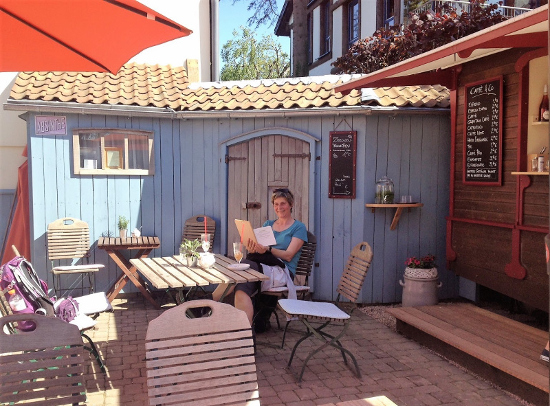 "Monika im Outdoorcafé ""Stück Heimat"""