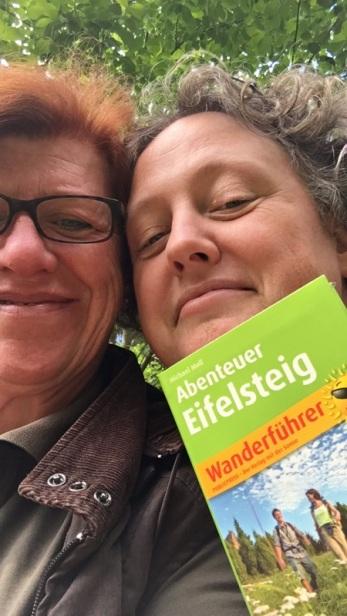 Jutta und ich und der Wanderführer aus dem Publicpress Verlag