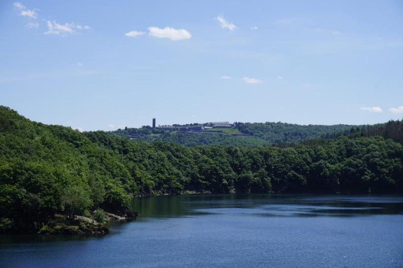Burg Vogelsang in der Ferne auf dem Berg